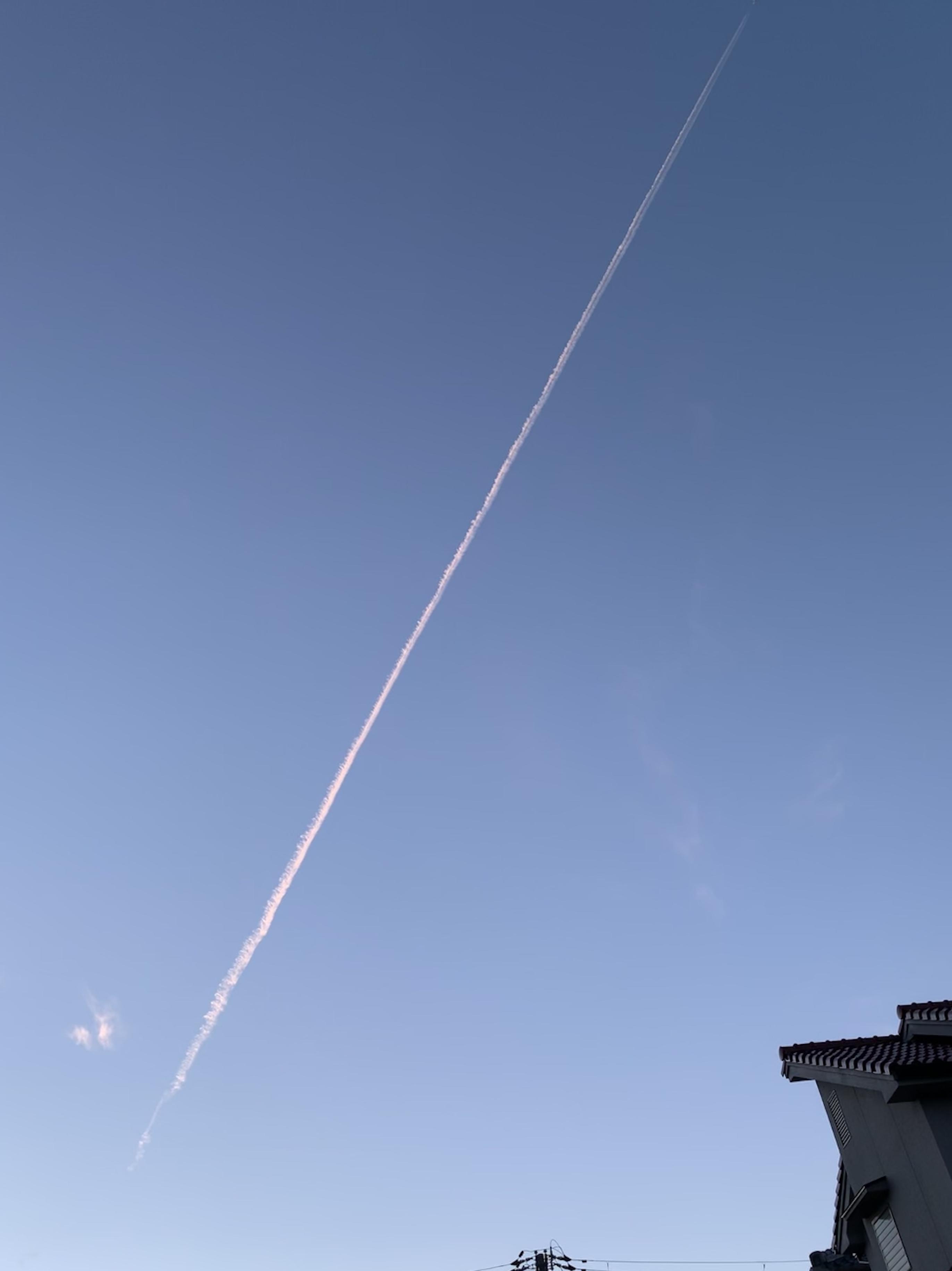 青空に一筋の飛行機雲